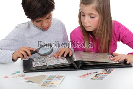 kinderdie ein briefmarken album beobachten