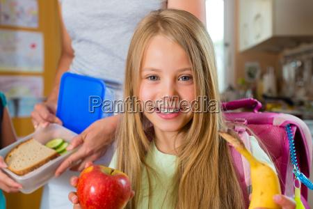 familie mutter macht fruehstueck fuer
