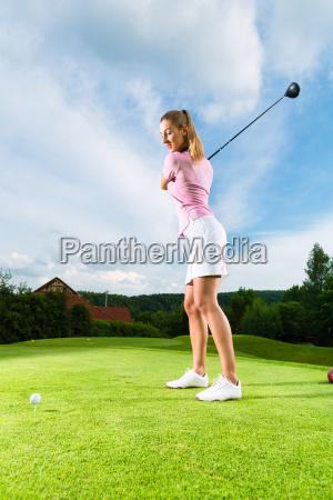 junge golf spielerin am golfplatz beim