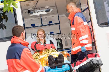 notarzt mit frau im krankenwagen