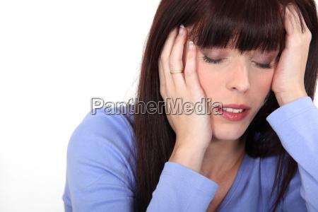 giovane donna con lemicrania