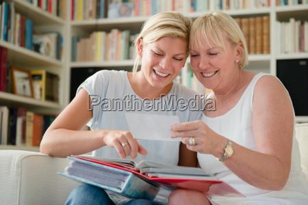 madre e figlia guardando le immagini