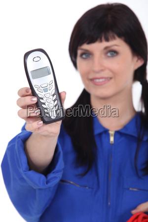 frau mit zoepfen geben telefon
