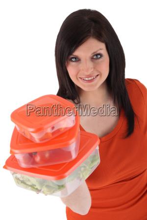 frau mit tupperware aehnlichen plastikfutter