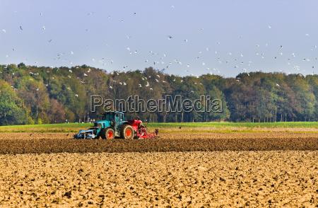 landwirtschaft pflug auf dem feld