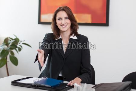 attraktive geschaeftsfrau reicht die hand