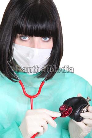 weiblicher arzt mit ihrem stethoskop auf