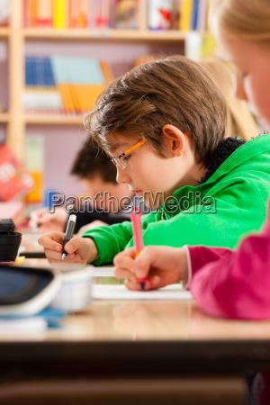schueler in der schule machen hausaufgaben