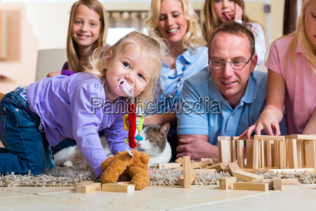 familie spielt zu hause