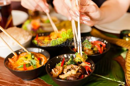 junge, leute, essen, in, einem, thai - 7981554