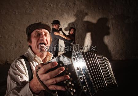 akkordeon spieler singen fuer taenzer