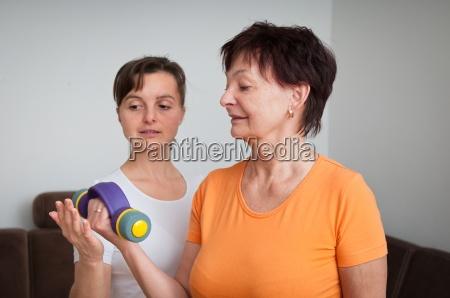 donna matura che esercitano con istruttore
