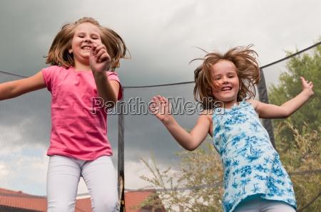 grosser spass childdren springen trampolin
