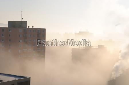 wohngebiet im nebel und smog