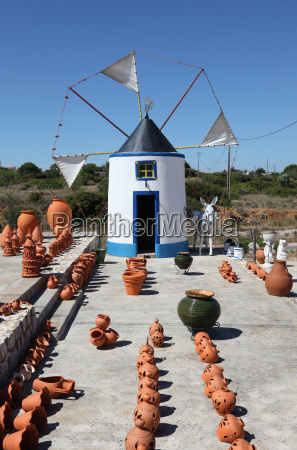 traditionelle windmuehle in der algarve portugal
