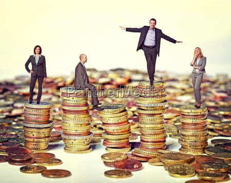 menschen auf geld