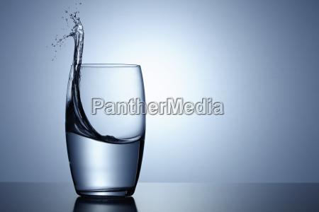 wasser spritzen in einem glas