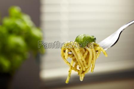 gabel mit spaghetti pasta pesto