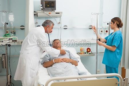 doktor cheacking herzschlag des patienten im
