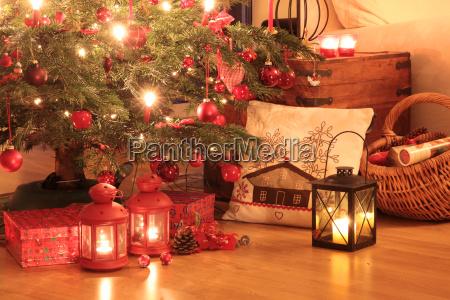 weihnachtsgeschenke unter dem baum