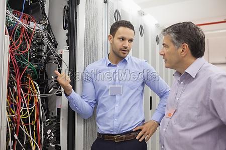 zwei techniker diskutieren ueber verkabelung im