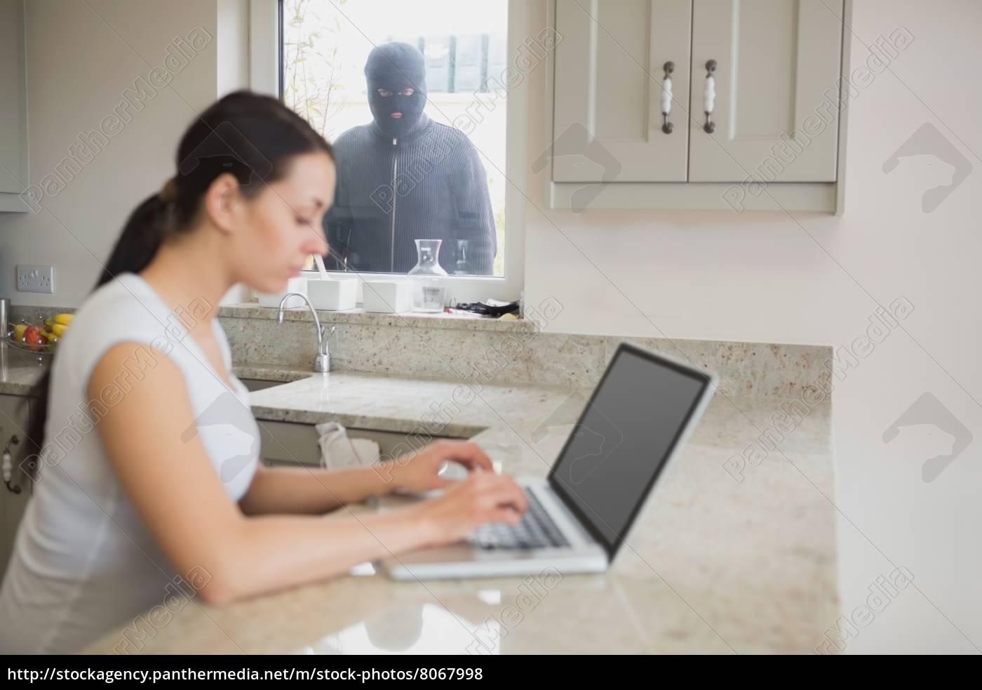 einbrecher, beobachten, frau, die, auf, einem, laptop - 8067998