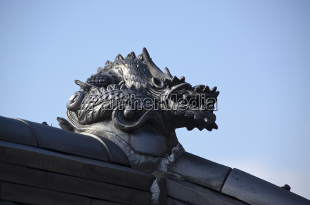 dragon on temple roof