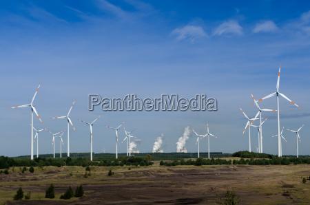 windraeder vor einem kohlekraftwerk