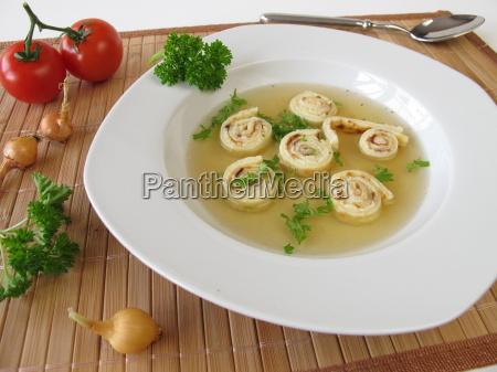 rindfleischsuppe mit pfannkuchenschnecken