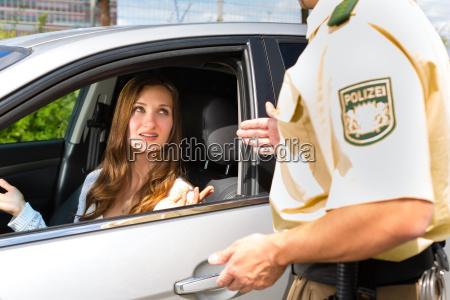 frau mit polizist oder polizei in