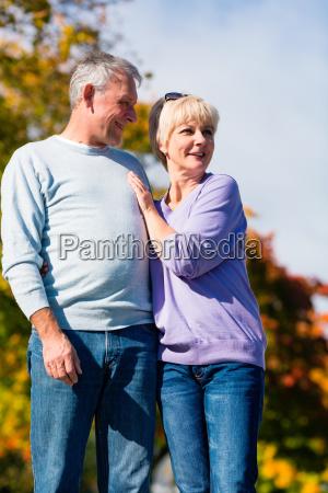 senioren im herbst auf spaziergang in