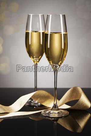zwei glaeser champagner mit goldenem band