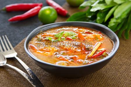 thai sour und wuerzige garnelen suppe