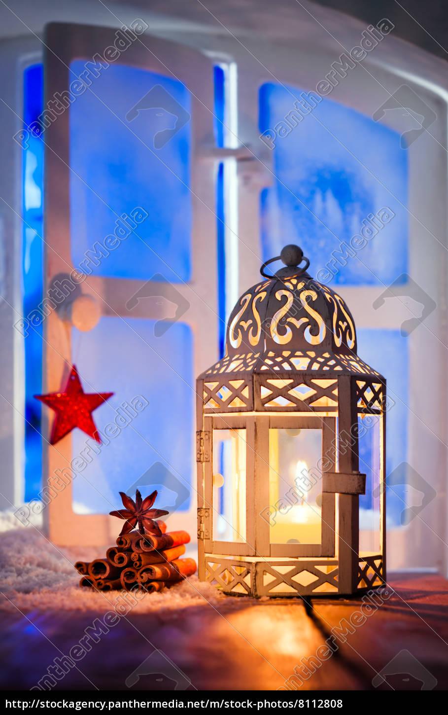 weihnachts laterne in fenster lizenzfreies foto. Black Bedroom Furniture Sets. Home Design Ideas