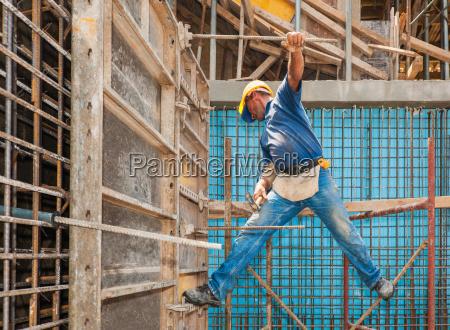 bauarbeiter zwischen geruest und schalungs fram