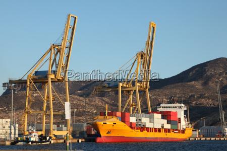 containerschiff im hafen von cartagena spanien