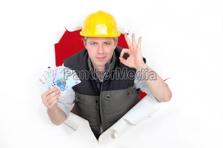 handwerker halten geld und machen ein