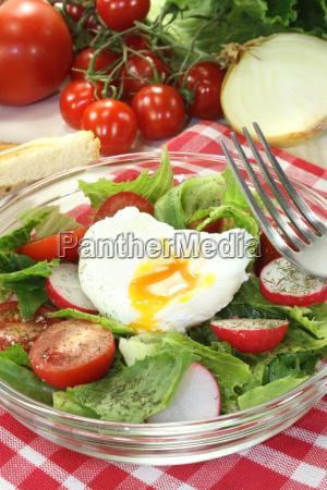 salat mit pochiertem ei und zwiebeln