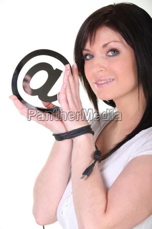 brünette, mit, gefesselten, händen-zusammenhalten, am, symbol - 8171312