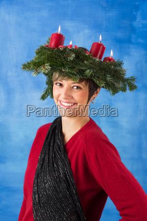 lachende frau mit adventskranz