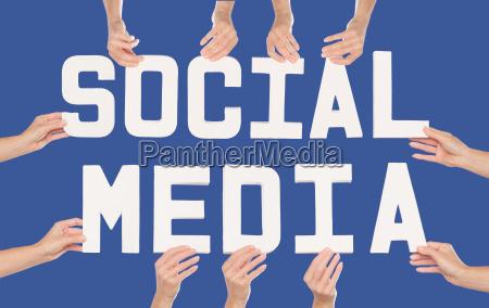 social media konzept ueber blauem