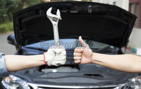hand mechaniker mit den daumen oben