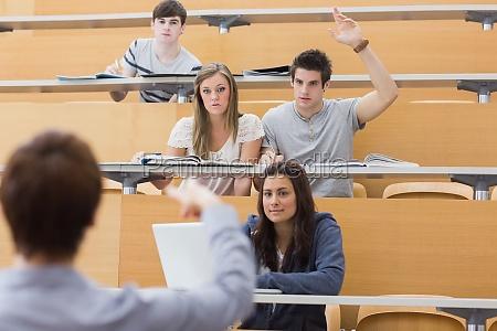 studierende an der hoersaal sitzt mit