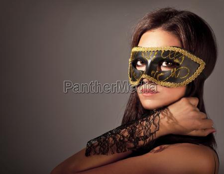schoene frauen mit maske
