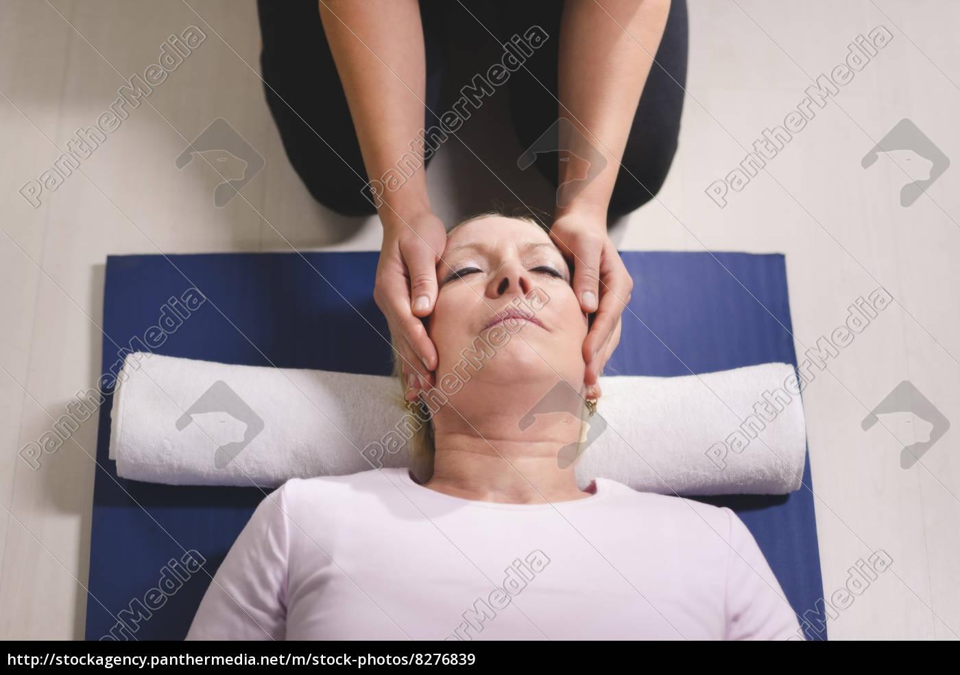 junge, therapeutin, macht, reiki-therapie, an, ältere - 8276839