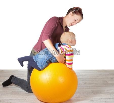 mutter die ihr junges baby ausuebt