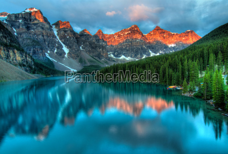 moraine lake sunrise bunte landschaft