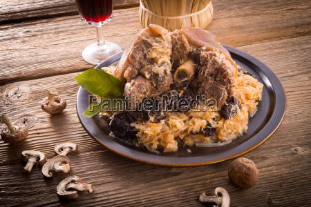 schweinshaxe fleisch schweinehaxe schweinefleisch haxen pflaumen