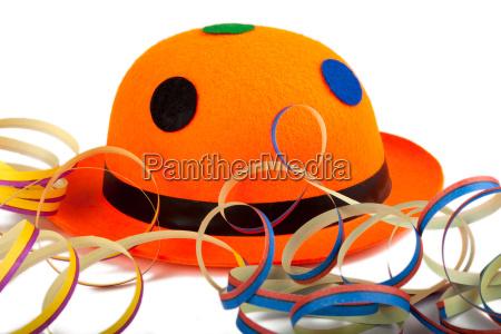 orangefarbener karnevalshut mit luftschlangen