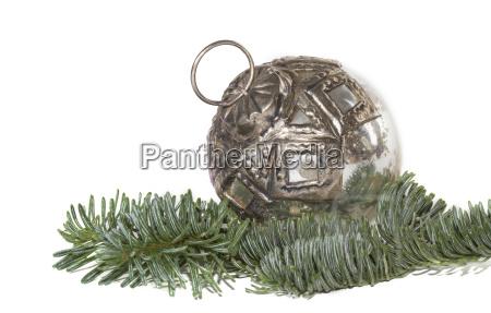 alte christbaumkugel und tannenzweig
